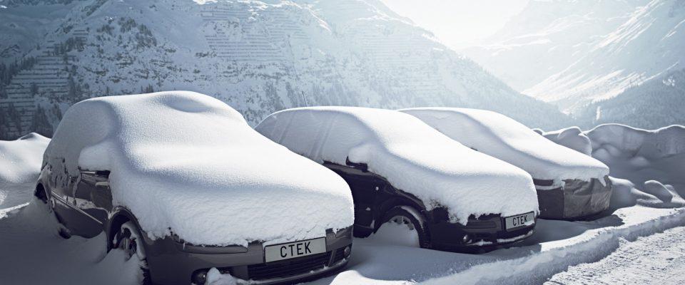 Lumeen peittyneitä autoja pakkasessa